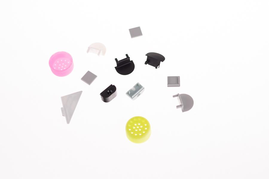 Wtrysk tworzyw sztucznych - małe detale z plastiku, zaślepki do profili