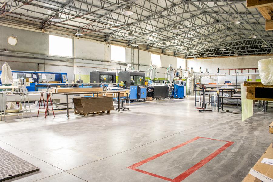 Hala produkcyjna firmy Inextech w Głuchołazach. Inextech formowanie wtryskowe, ekstruzja tworzyw sztucznych.