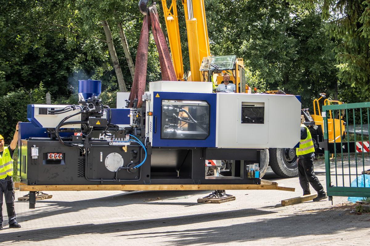 rozładunek wtryskarki do tworzyw sztucznych - nowe maszyny w inextech
